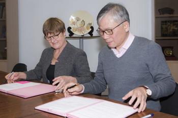 Signature des conventions, Mme De Larochelambert, Secrétaire générale de l'EHESP et Pr Nguyen Duc Hinh, Président de l'Université de médecine de Hanoï